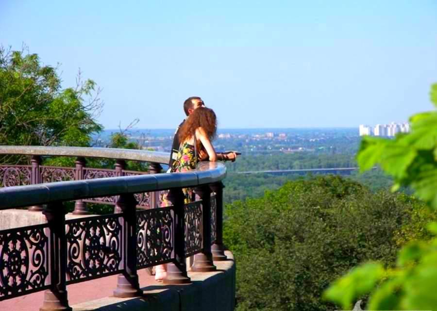 1373403706_smotrovaya-ploschadka-v-mariinskom-parke-opasna-dlya-zhizni-video.jpg