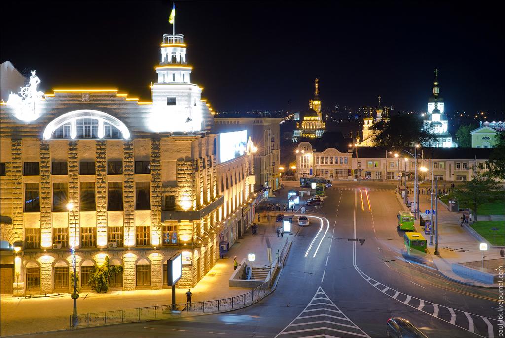 площадь_Конституции_вечером.jpg